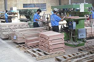 Timber workers at a GFTN Vietnam's manufacture.
