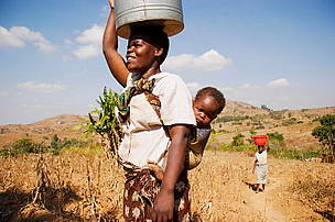 Woman carrying bucket of water  	© WWF / Yoshi SHIMIZU