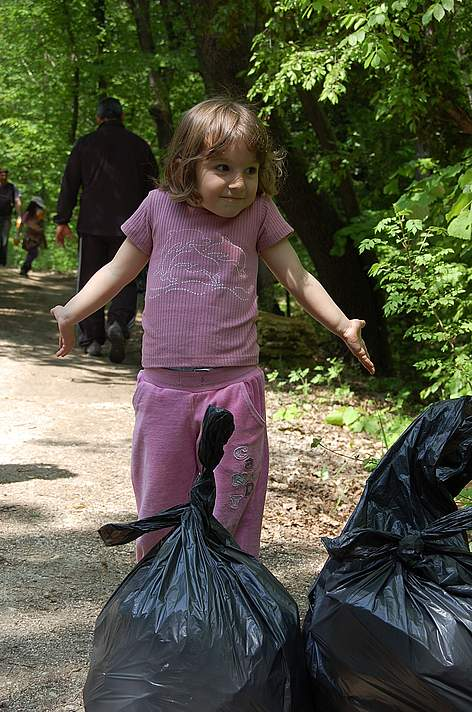 A young volunteer at Zlatni Pyasatsi Nature Park during WWF's National Day of the Nature Parks, 2011 rel=