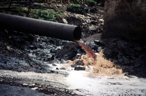 Sewage pipe spewing pollution from a factory directly into a river near Mumbai (Bombay). India. / ©: WWF / Mauri RAUTKARI