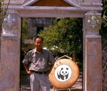 Mr Hai in front of the Conservation café . / ©: WWF