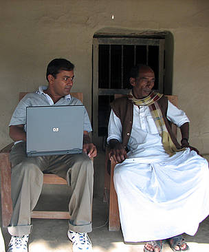 Subhro Sen in conversation with Sudhangshu Sheet, a local self-government (Namkhana Panchayat ... / ©: WWF-India