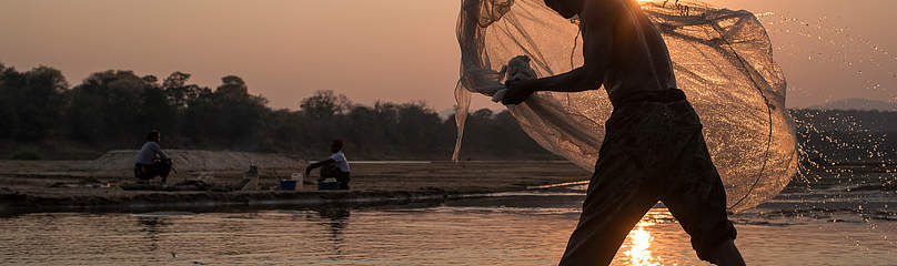 A local fisherman casting his net  	© James Suter / Black Bean Productions / WWF-US