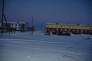Tom's temporary home (the window with the light on) in Chukotka. / ©: Viktor Nikiforov
