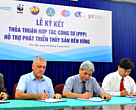 Representatives are signing the agreement to support responsible fisheries and aquaculture in Vietnam.