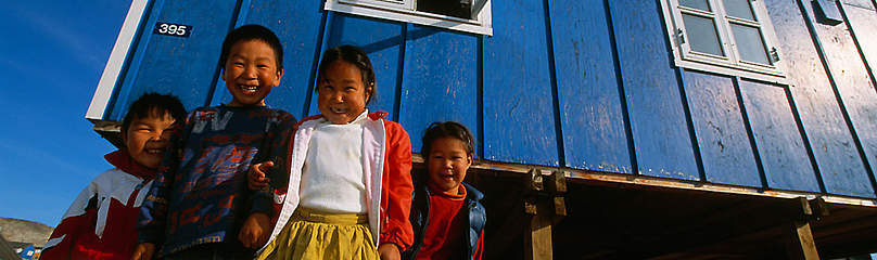 Inuit kids in front of their house, Greeenland  	© Staffan Widstrand / WWF