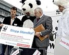 Felix Meier, Head of Consumption and Business at WWF Switzerland, presents more than 22.000 petition signatures to Dr. Heinz Beer, vice-president of SWICO.