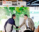 Wang Shi, Chairman of Board of Vanke, shakes hands with WWF China CEO Lo Sze Ping.
