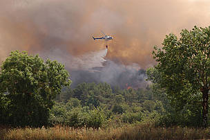 This helicopter fighting fires in the Lozère can download only 500 liters of water per flight. Forest fires have been raging during summer 2003 in the South of France