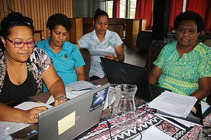 (L-R) Mafa Qiolele of cChange Pacific and Ministry of Fisheries inshore fisheries participants carrying out a group discussion.