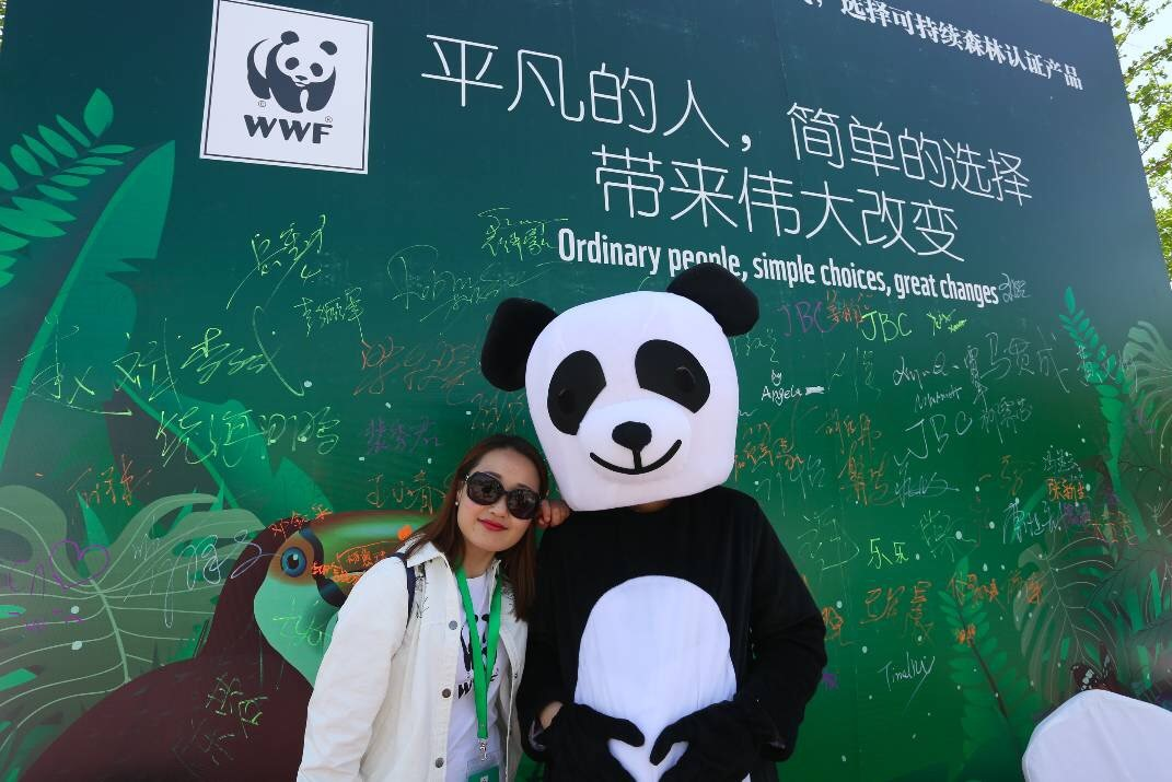 A participant at WWF-China's Green Walk poses with the panda.